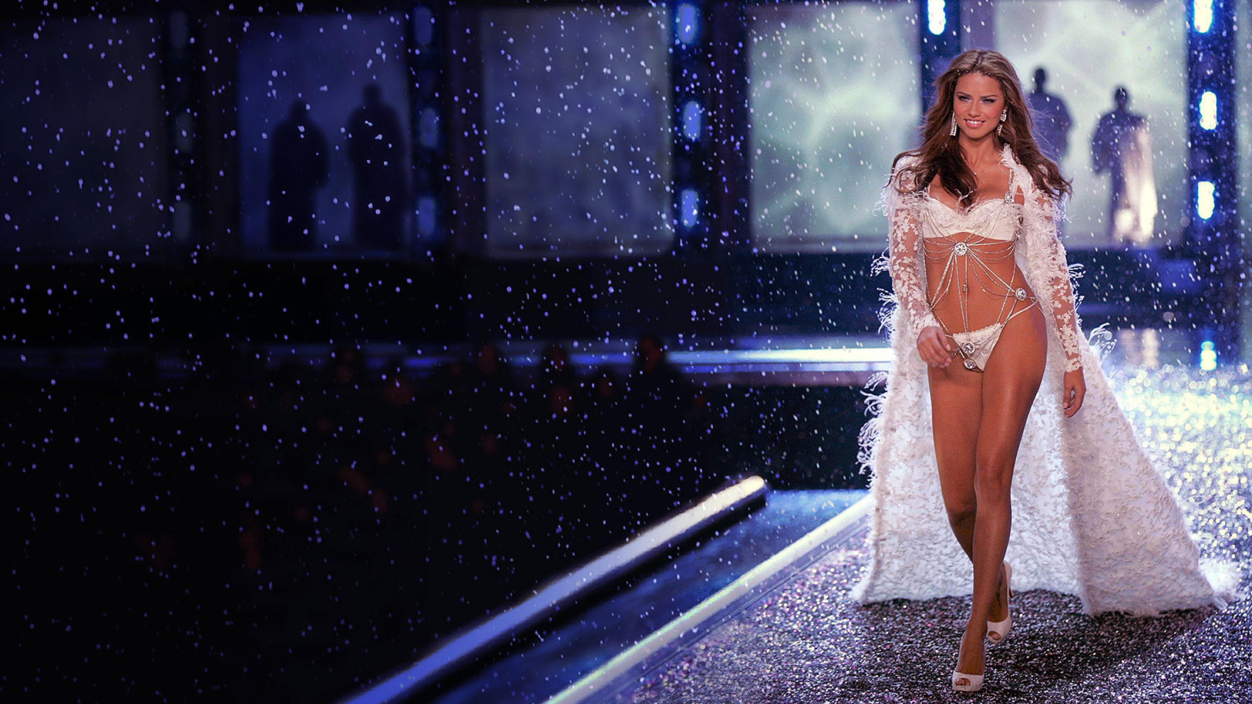 2560x1440 Adriana Lima Victorias Secret Fashion Show 2009