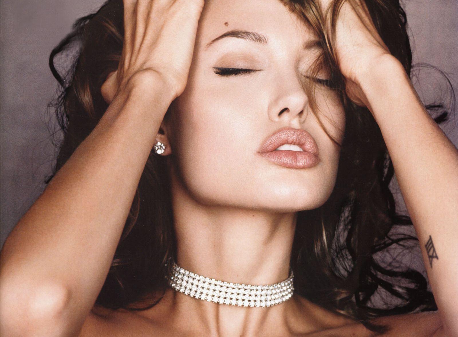 Angelina Jolie Hot And Sexy Pics 3840x2160 angelina jolie hot expression pics 4k wallpaper