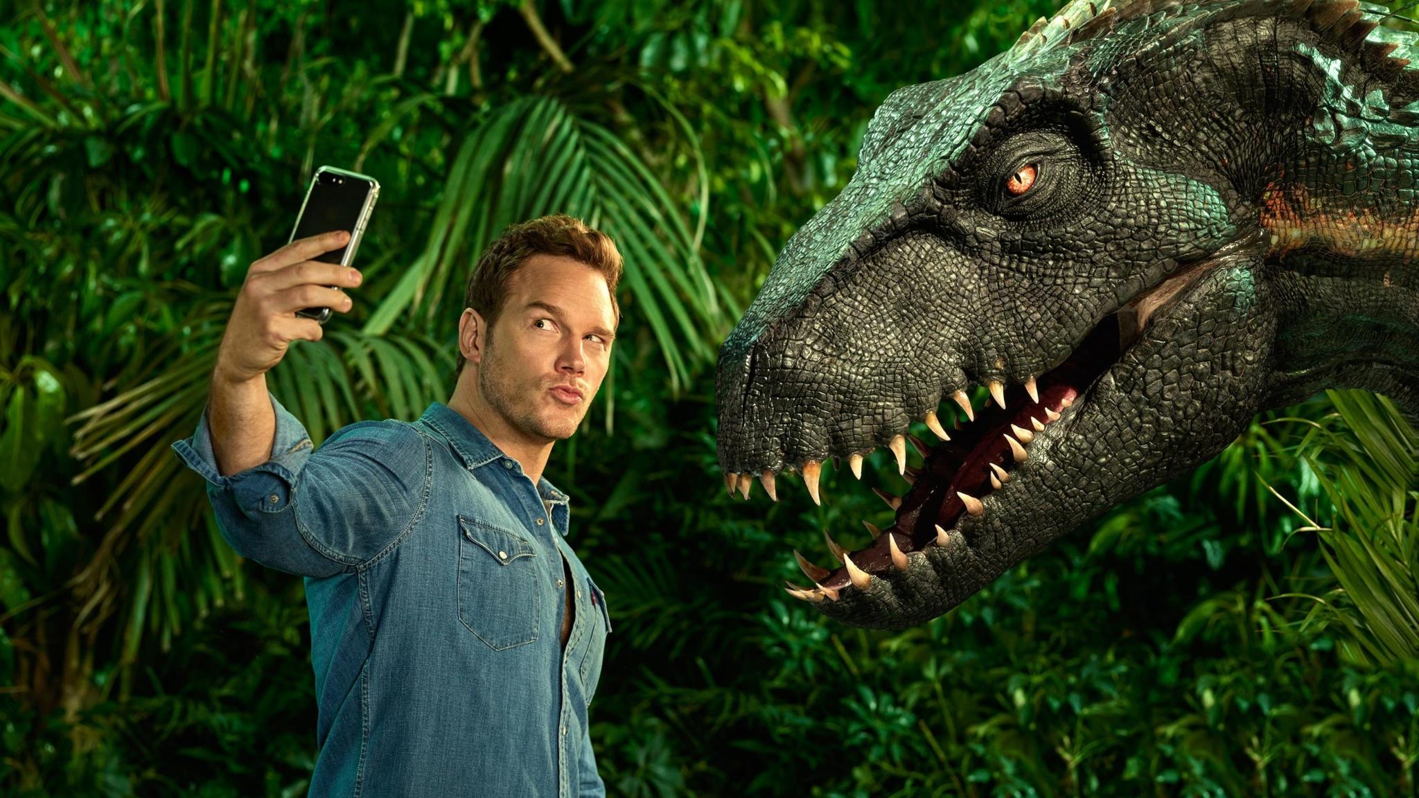 2048x1152 Chris Pratt Taking Selfie With Dinosaur 2048x1152