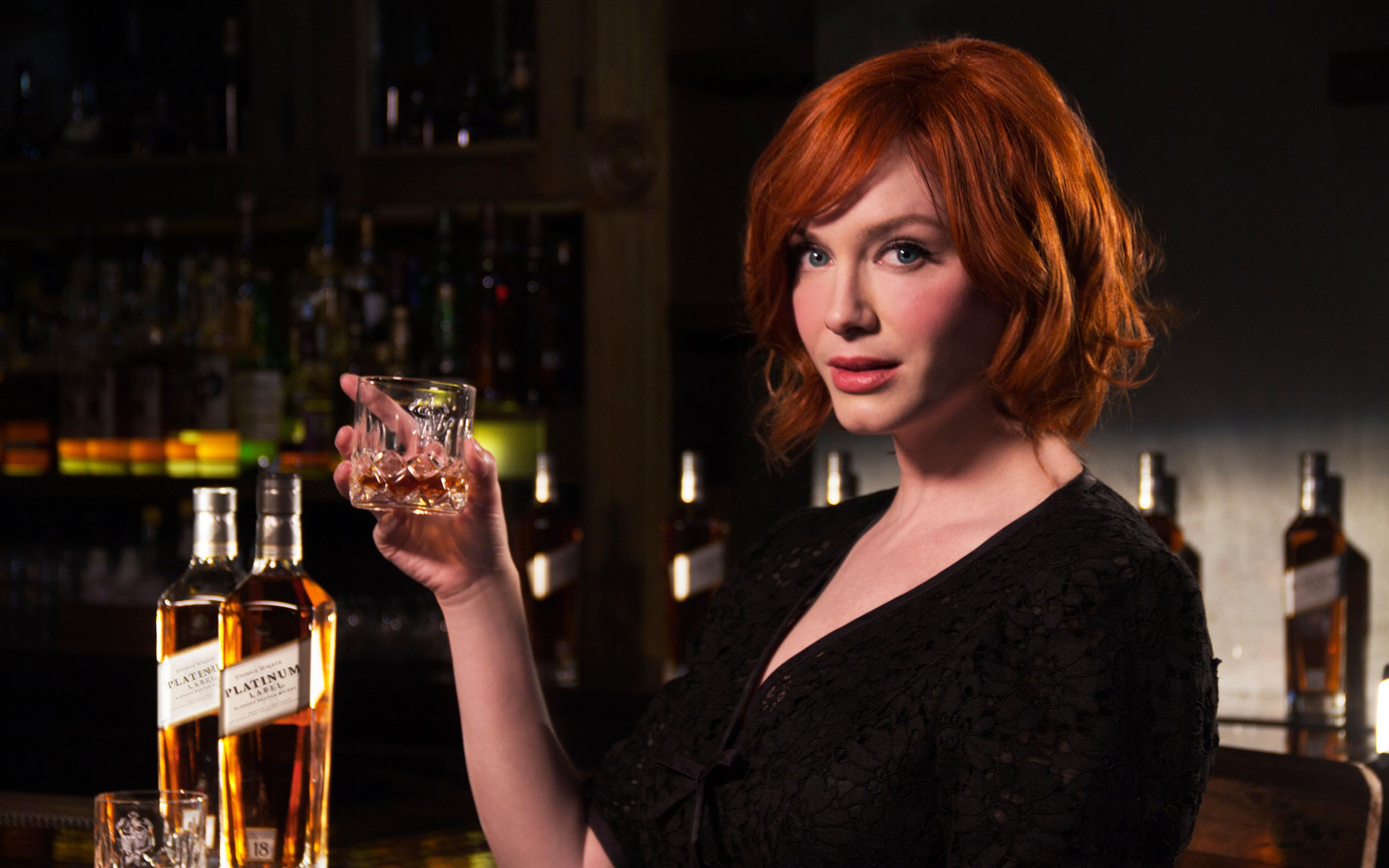 Девушка пьет виски фото