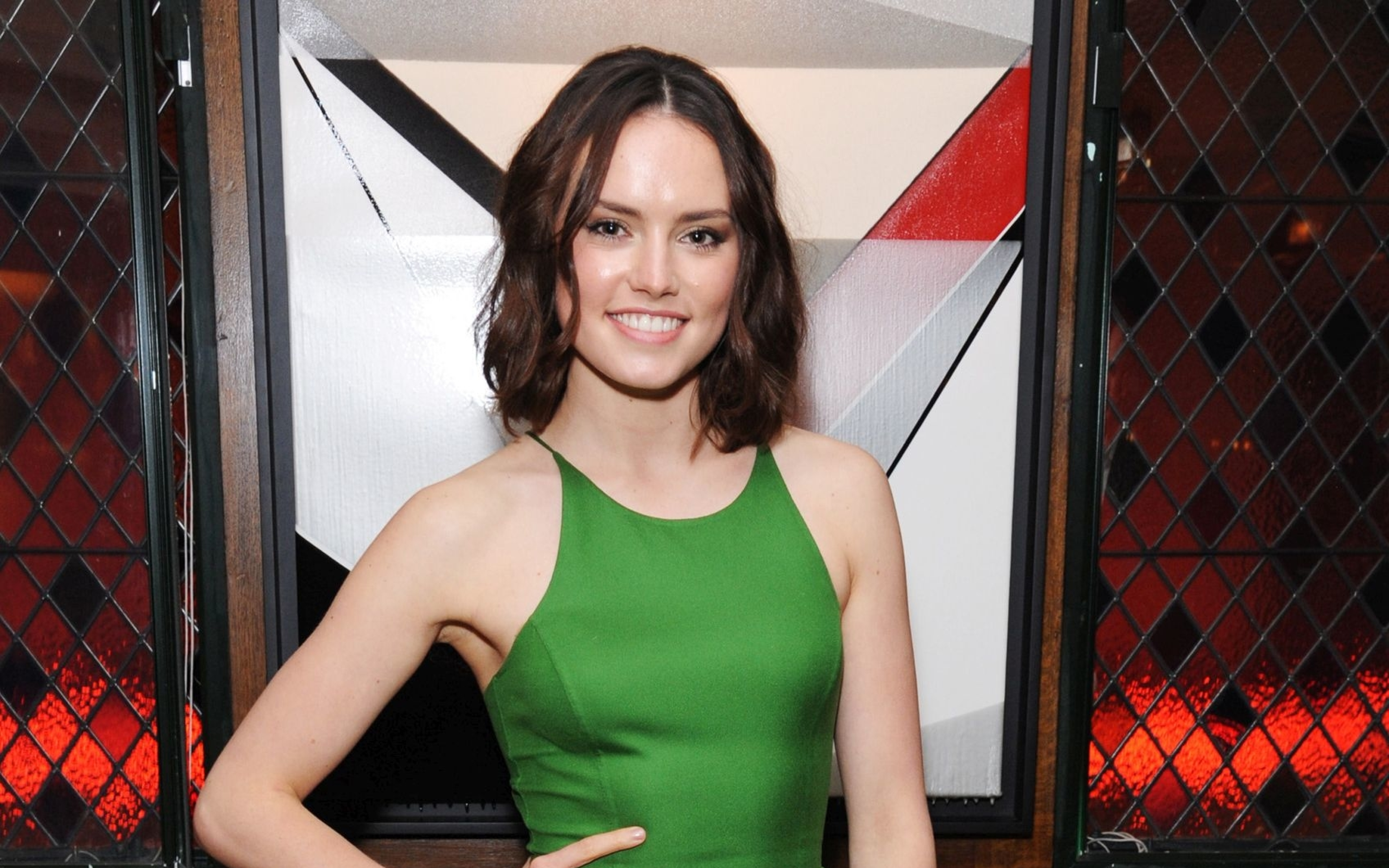 Download Daisy Ridley Smiling In Green Dress 3840x2400 Resolution
