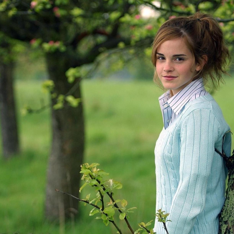Emma Watson With Tree, Full HD Wallpaper