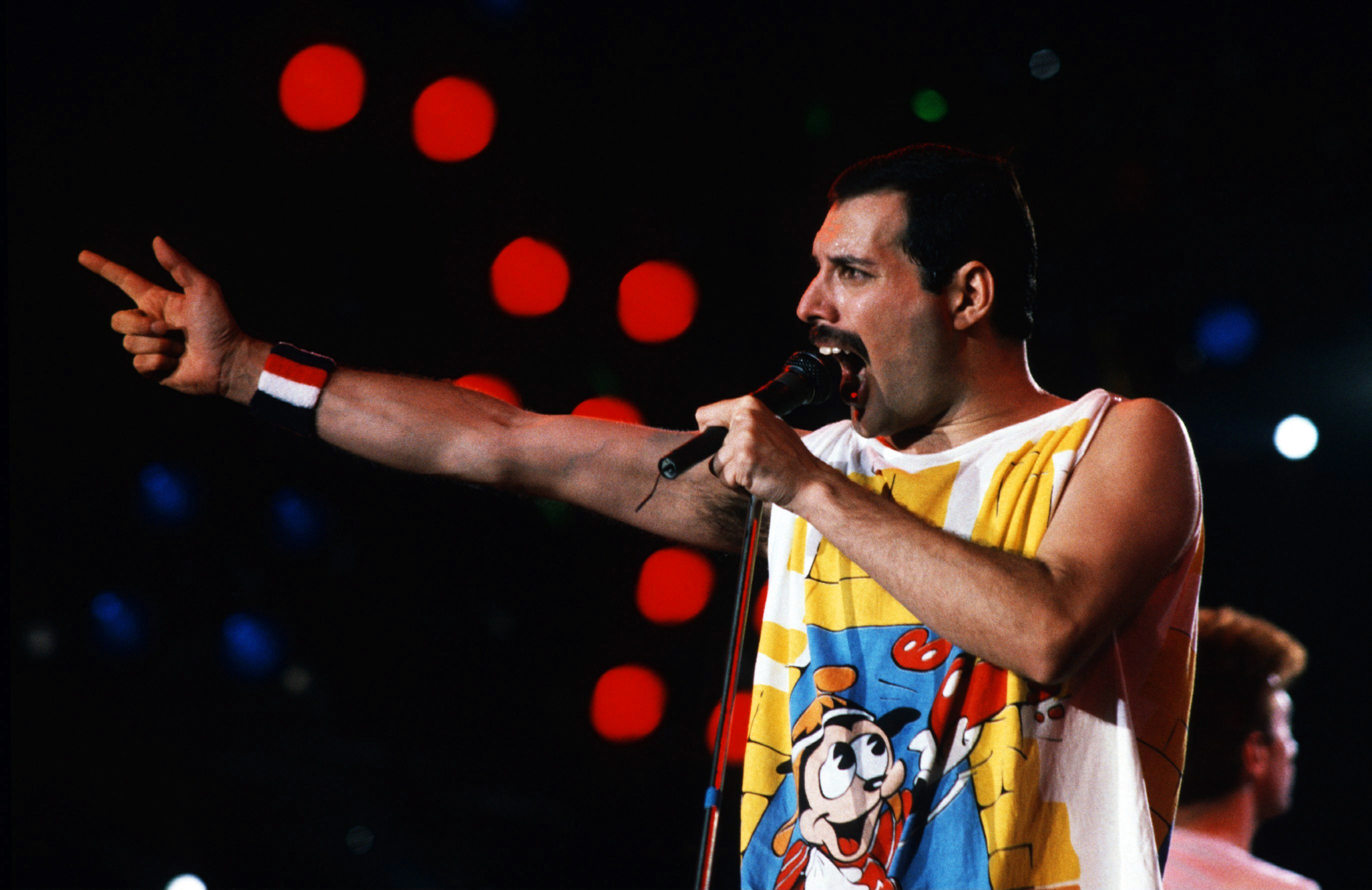 1242x2688 Freddie Mercury Singer Performance Iphone Xs Max Wallpaper Hd Music 4k Wallpapers Images Photos And Background Wallpapers Den