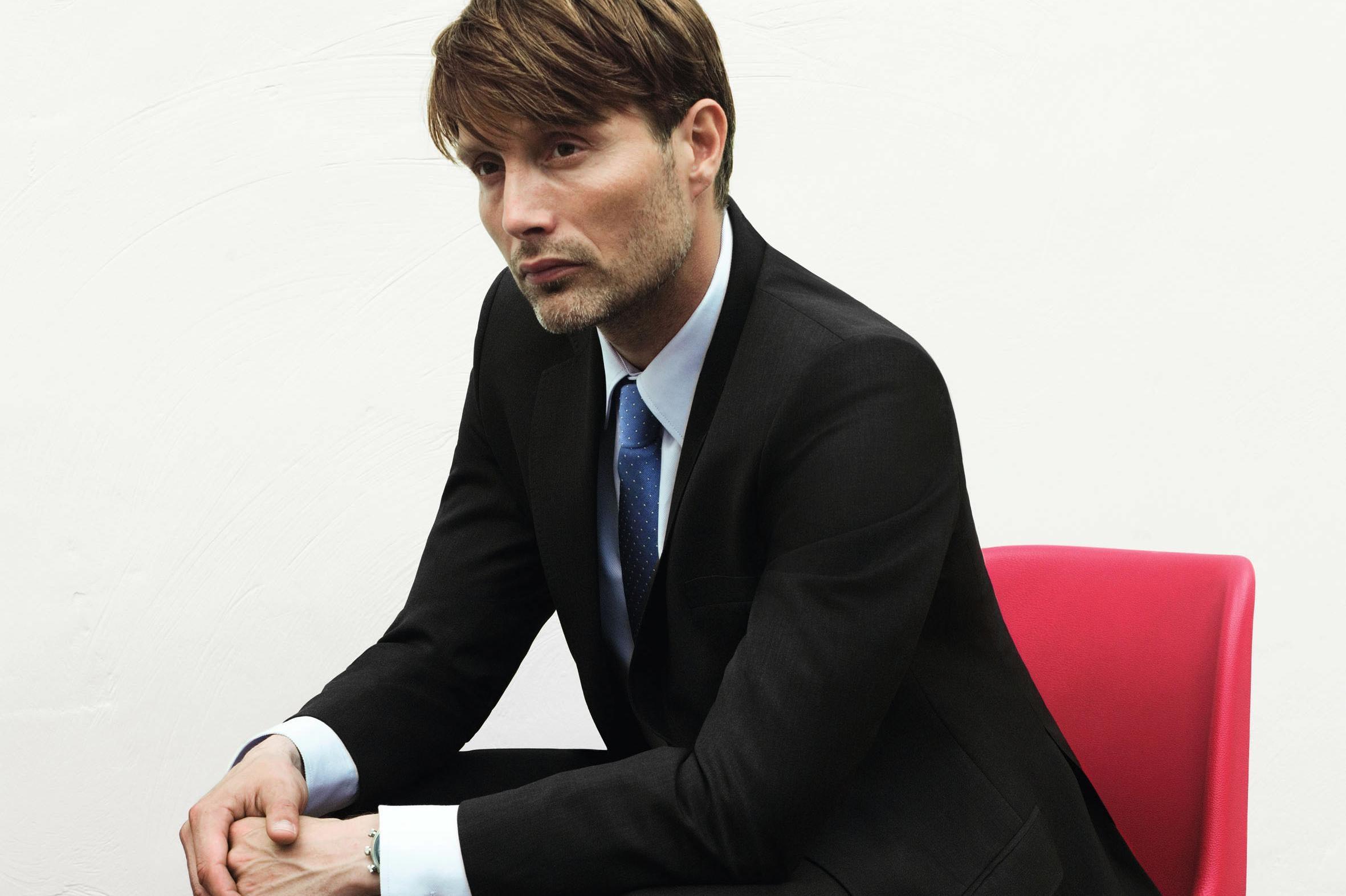 Mads Dittmann Mikkelsen R født 22 november 1965 på Østerbro er en dansk film og teater skuespiller Han har blitt internasjonalt kjent for roller i filmer som