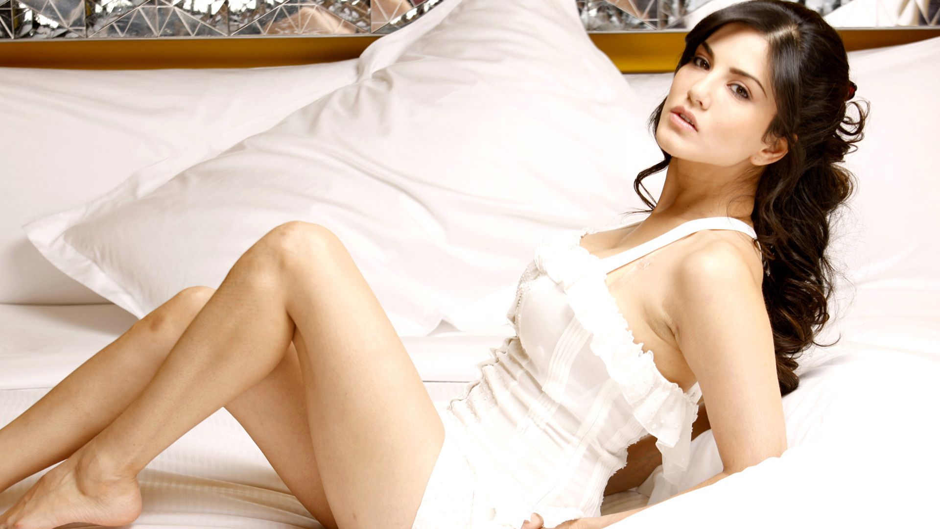 download sunny leone in white latest photoshoot 360x640 resolution