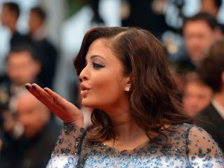 Aishwarya Rai At Cannes Flying Kiss Pics HD wallpaper