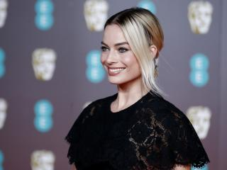 Margot Robbie Sweet Smite wallpaper