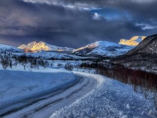 Mountains In Winter wallpaper
