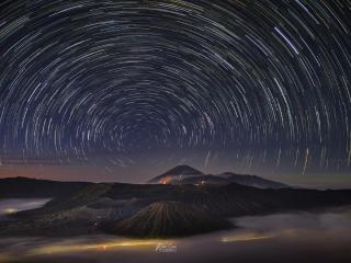Star Trail In The Night Sky wallpaper
