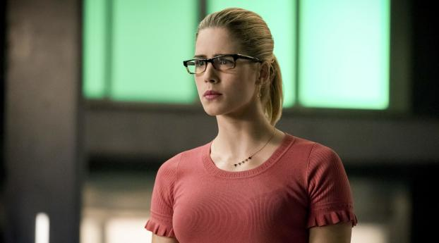 HD Wallpaper | Background Image Emily Bett Rickards As Felicity Smoak