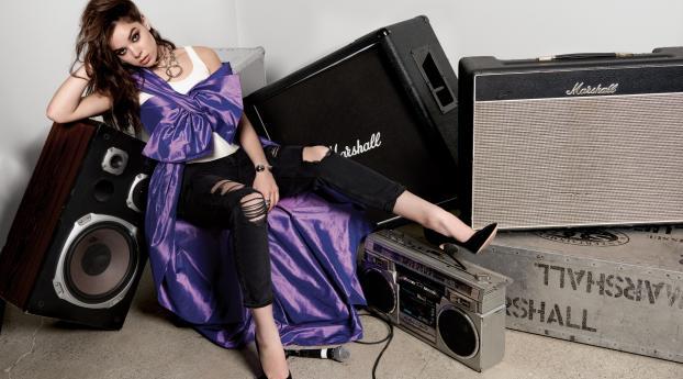 Hot Hailee Steinfeld Photoshoot in studio Wallpaper