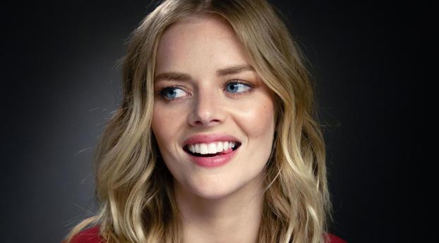 Samara Weaving Smiling Wallpaper