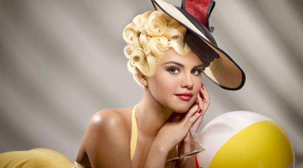 Selena Gomez Blonde 90s Look Wallpaper