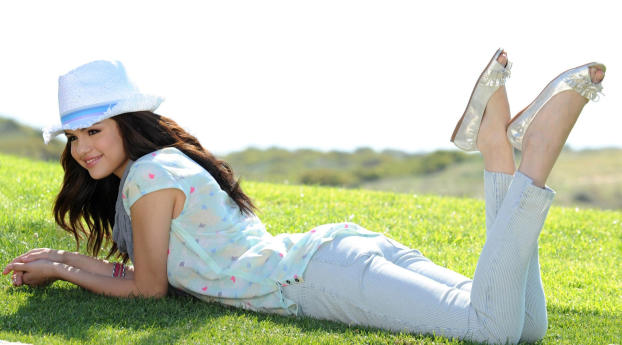 Selena Gomez cute images Wallpaper